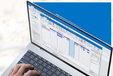Ein Laptop mit geöffnetem Antwortfenster für Chatnachrichten in Outlook 2013.
