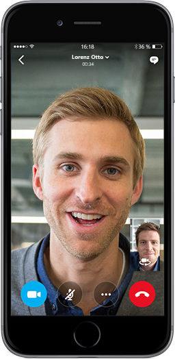 Ein Smartphone-Bildschirm mit zwei Männern, die über die mobile Skype for Business-App kommunizieren