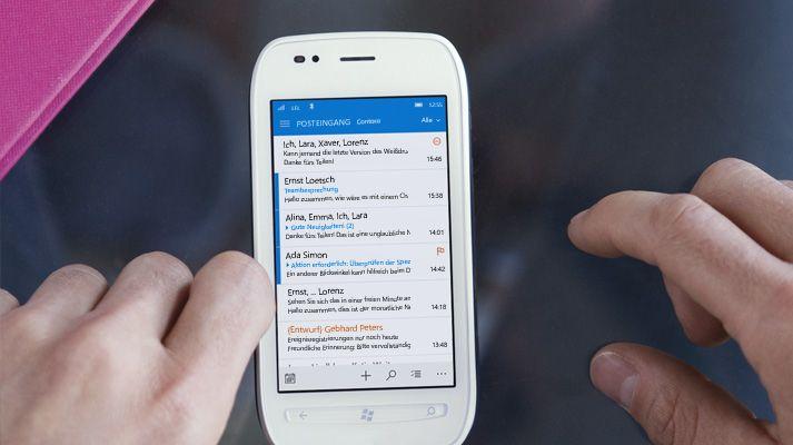 Eine Hand auf einem Smartphone tippt in einer Office 365-E-Mail-Liste auf eine Nachricht.