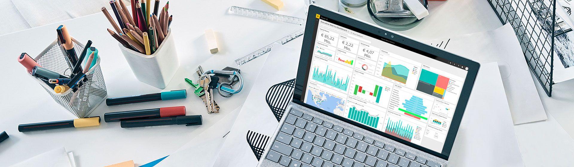 Leerer Schreibtisch mit einem Desktop-Monitor, auf dem Power BI angezeigt wird