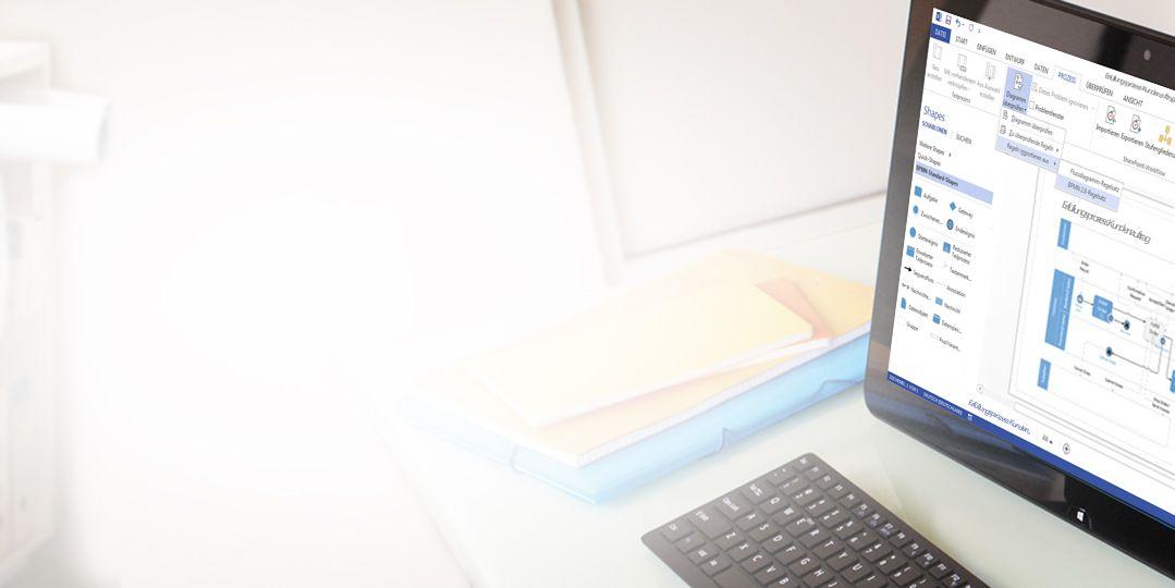 Nahaufnahme eines Tablets auf einem Tisch, auf dem ein Visio-Diagramm mit dem Bearbeitungsmenüband und dem Bearbeitungsbereich angezeigt wird.