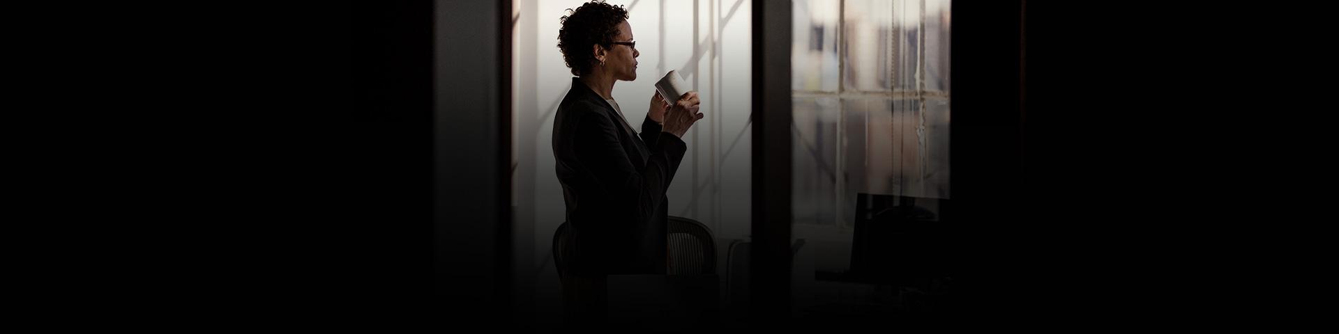 Eine Frau steht neben einem Schreibtisch mit Geräten
