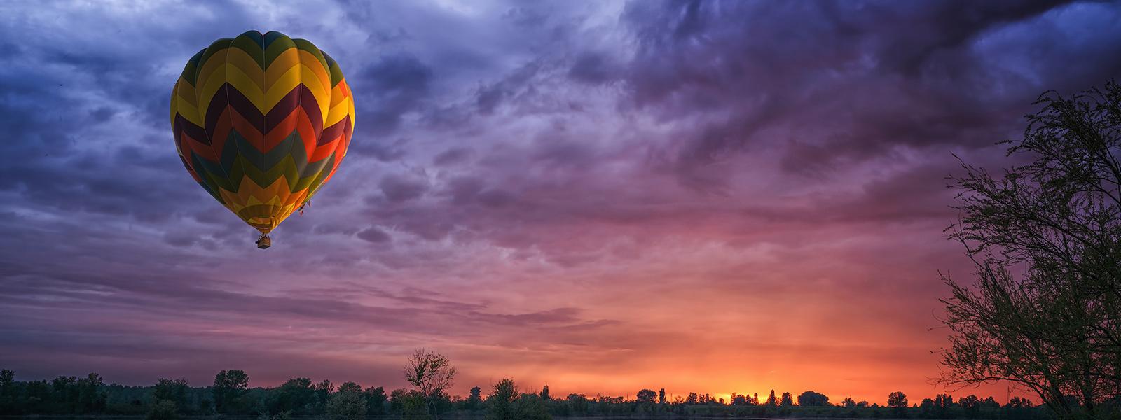 Microsoft Surface Studio zeigt Bild eines Heißluftballons vor strahlendem Himmel im sRGB-Farbmodus.