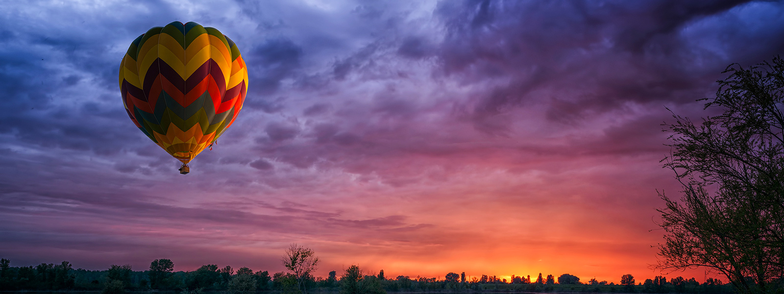Microsoft Surface Studio zeigt Bild eines Heißluftballons vor strahlendem Himmel im Vivid-Farbmodus.