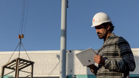 Eine Person arbeitet auf einem Surface-Gerät