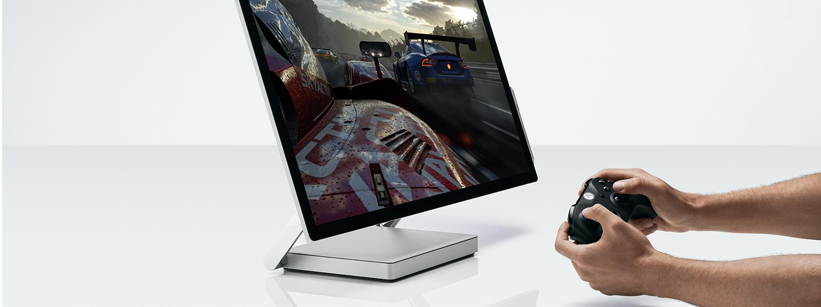 Person verwendet Xbox zusammen mit ihrem Surface Studio-Gerät.