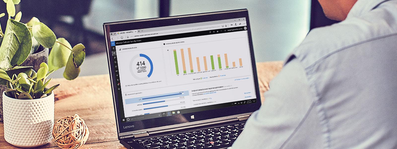 Windows Defender Center auf Bildschirm eines Laptops, der auf einem Schreibtisch steht