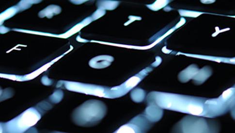Nahaufnahme der Tasten einer Tastatur, von hinten beleuchtet