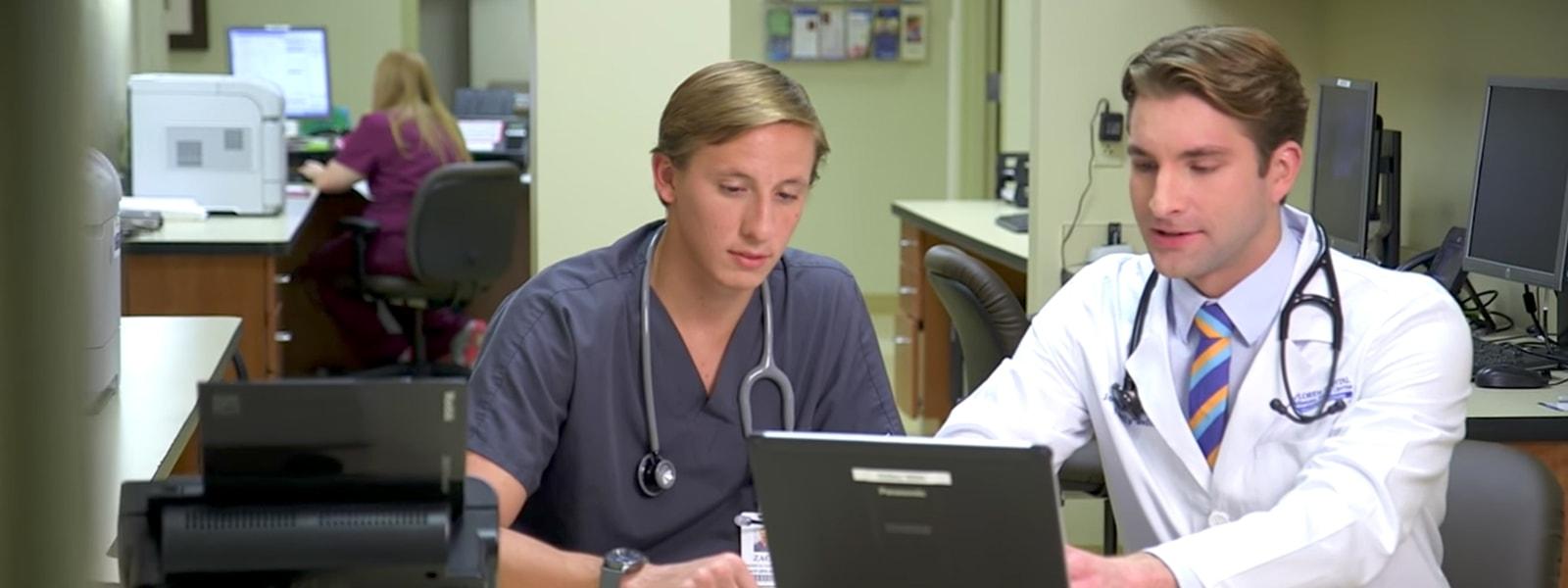 Zwei Mitarbeiter des Gesundheitswesens bei der Arbeit