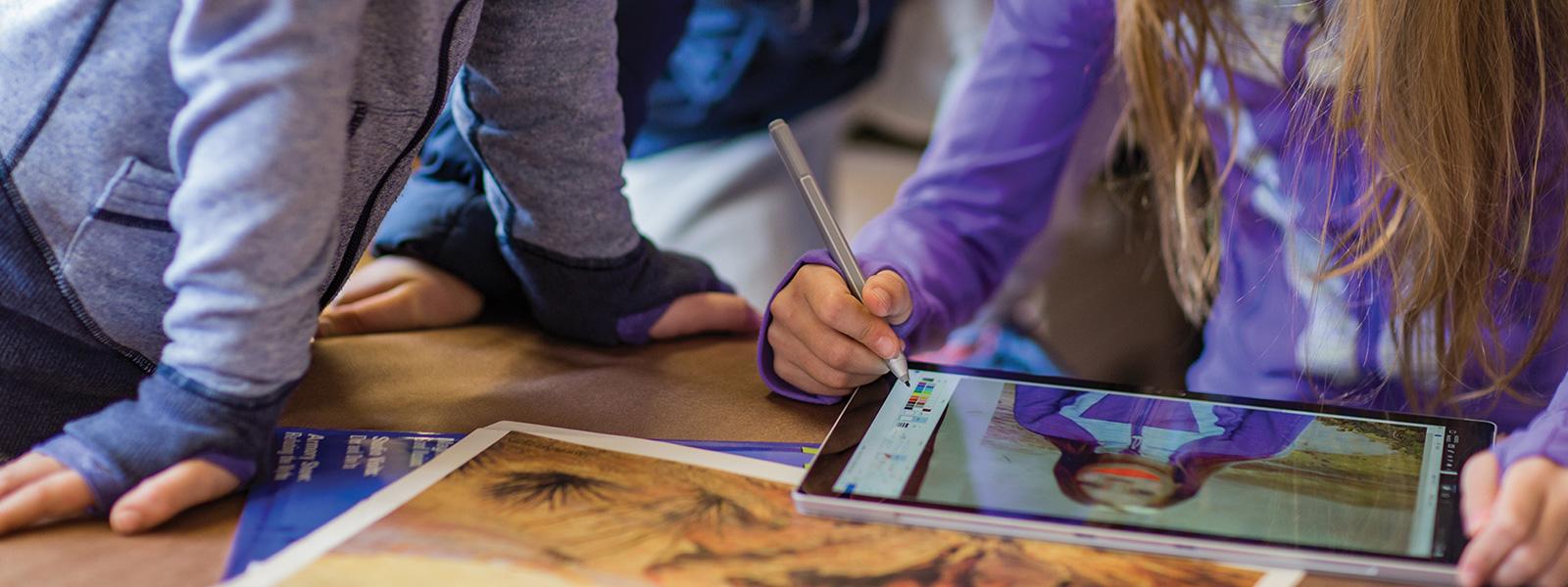 Lehrkraft interagiert mit Schülern