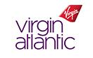Flugbegleiter/-in geht den Gang eines Virgin Atlantic-Flugzeugs hinunter