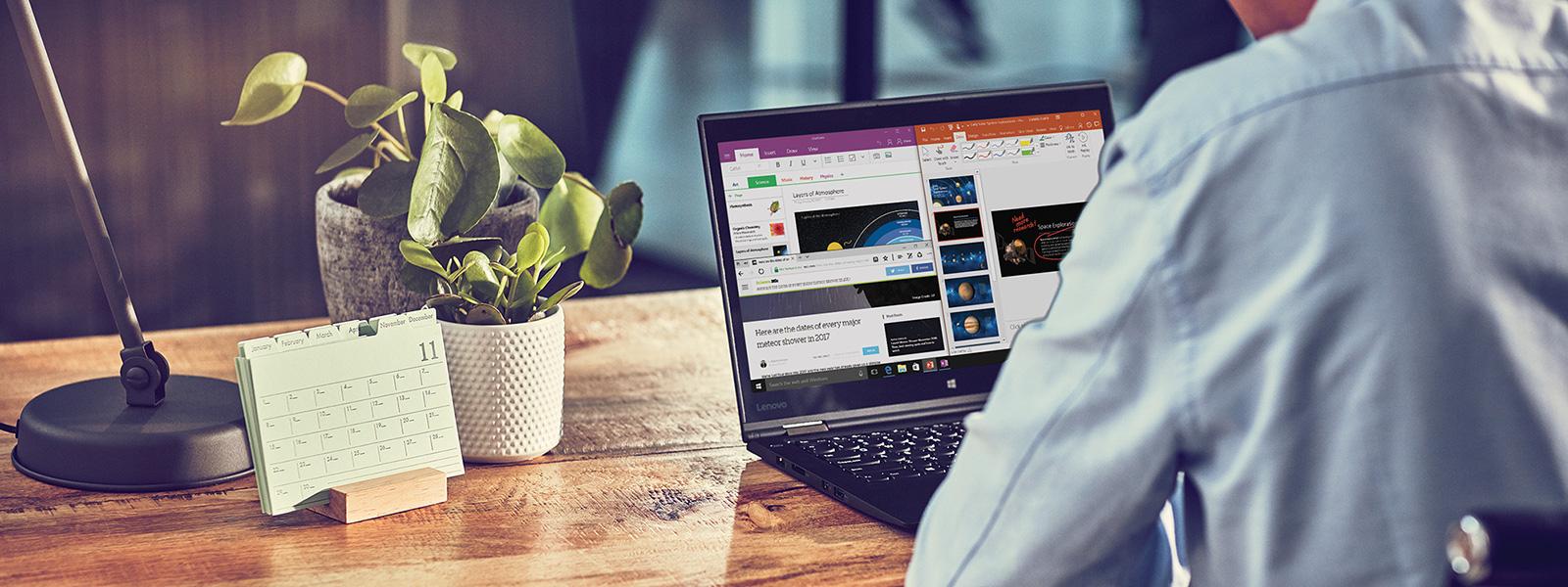 Ein Mann prüft am Schreibtisch verschiedene Anwendungen auf einem Laptop
