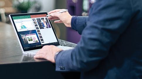 Person verwendet ein Surface Book