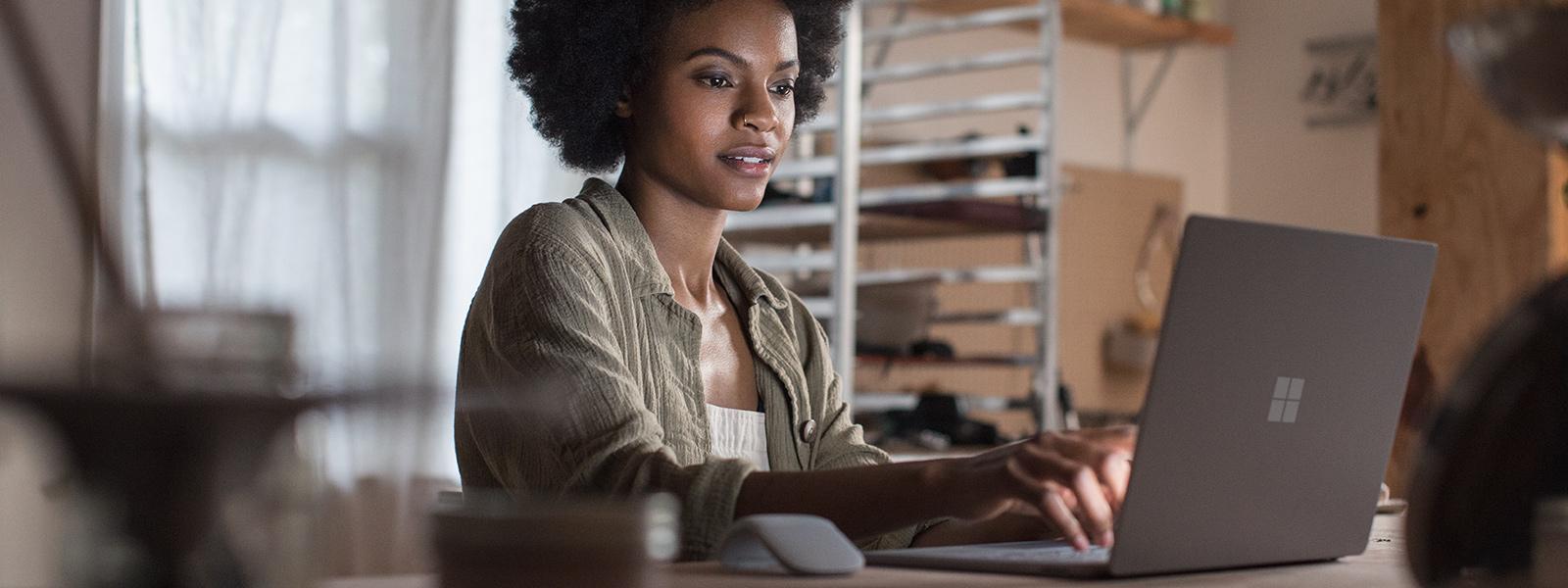 An einem Surface-Gerät in platingrau arbeitende Frauen