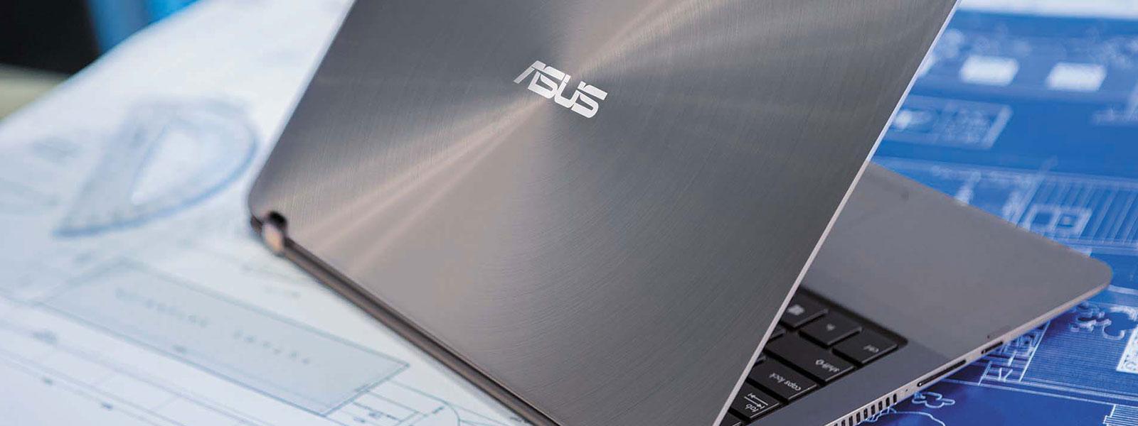 Das ASUS Zenbook Flip UX360UA auf einem Tisch.