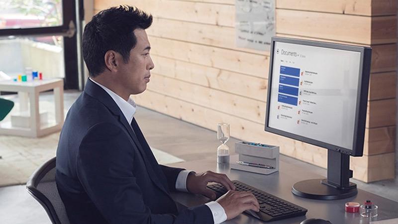 Ein Mann, der mit dem Windows 10 AutoPilot arbeitet