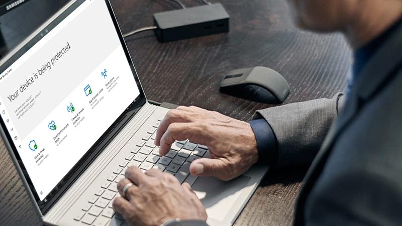 Eine Person liest Informationen zu Vorteilen des Computerschutzes