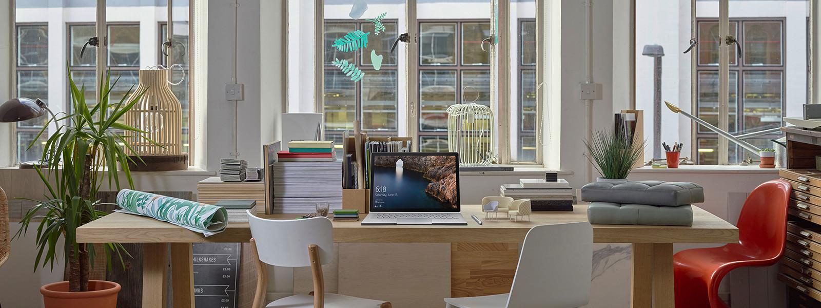 Ein Surface Book in einem Raum mit Designmöbel