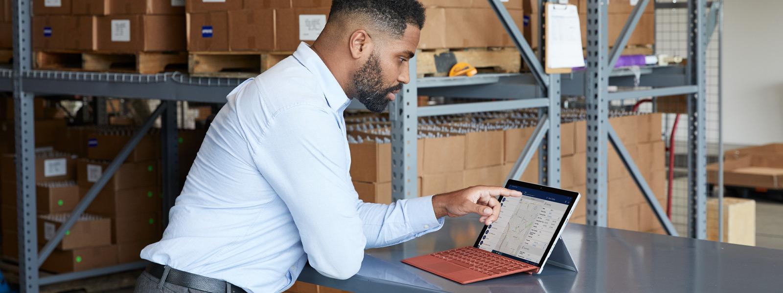 Ein Mann verwendet den Touchscreen seines Surface Pro 7