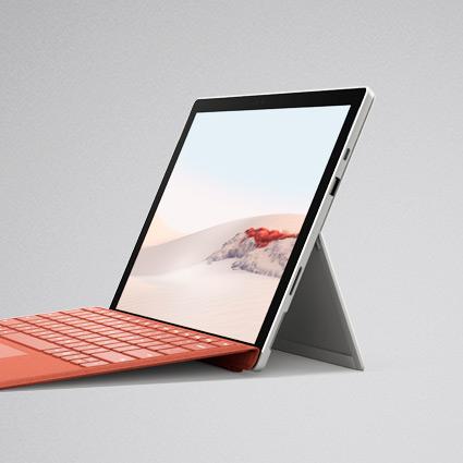 Surface Pro 7 im Laptop-Modus geöffnet mit Surface Signature Type Cover in Mohnrot
