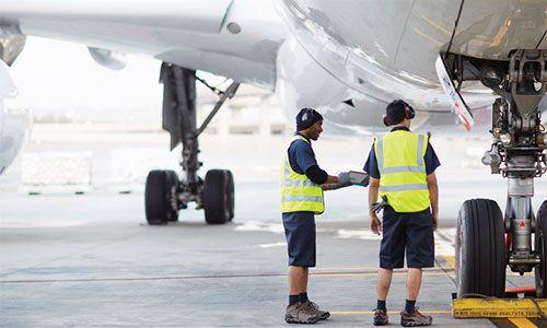 Δύο άντρες μπροστά από ένα αεροσκάφος