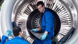 Εργολάβος με συσκευές υψηλής τεχνολογίας στο εργασιακό του περιβάλλον
