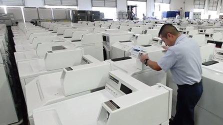 A man working in a room filled with washing machines, play in-page video about how Wash Laundry uses Microsoft solutions to improve communications