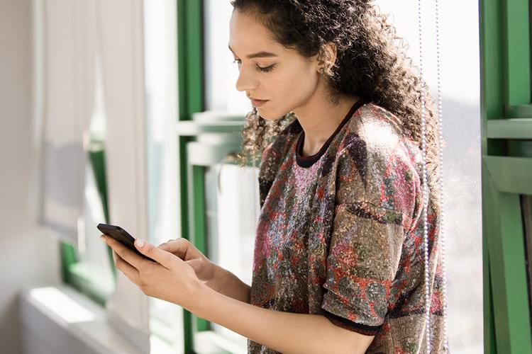 Una tableta en la que se muestran archivos en OneDrive