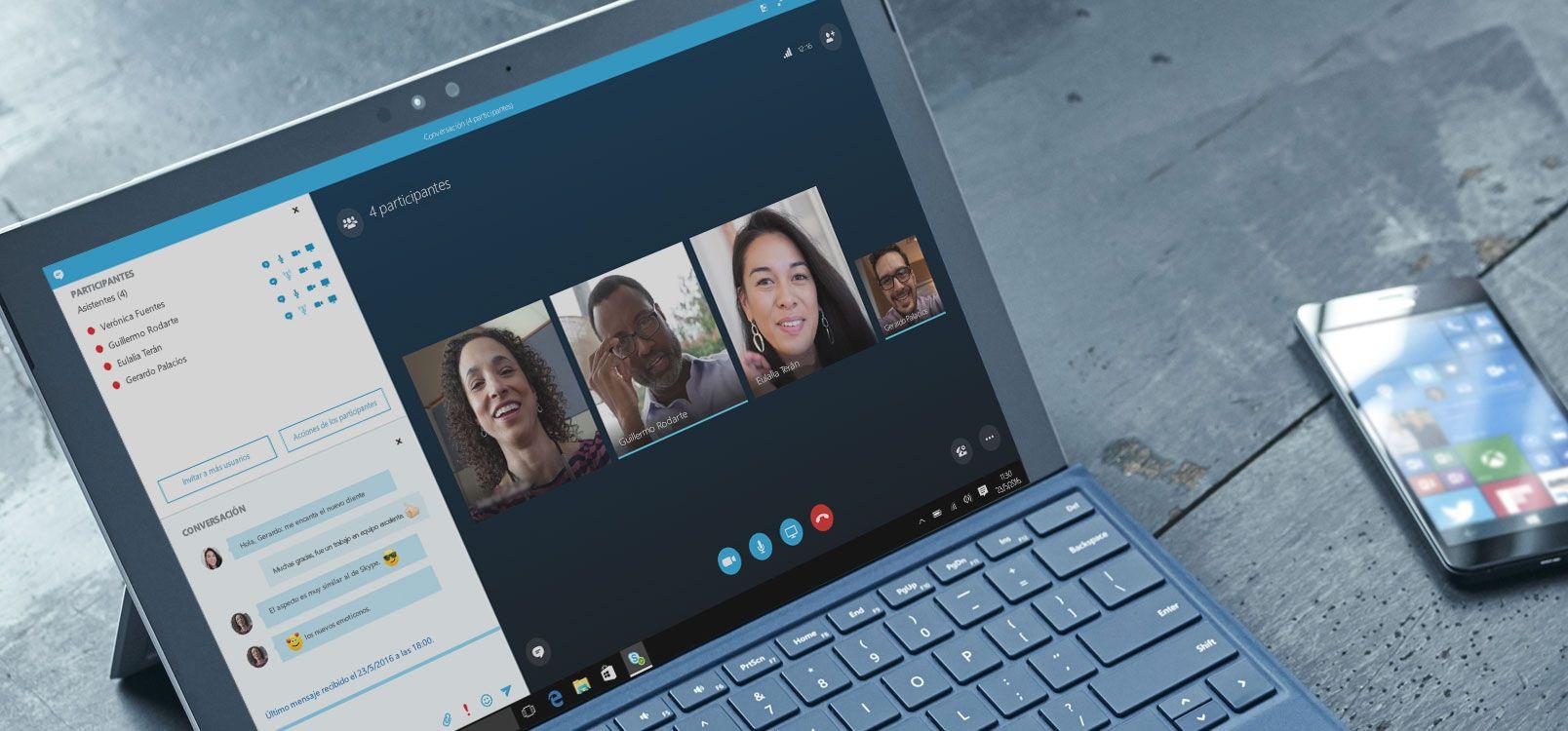 Una mujer usando Office 365 en una tableta y un smartphone para colaborar en documentos.