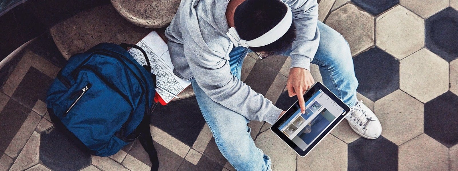 Estudiante que mira un dispositivo con Windows 10