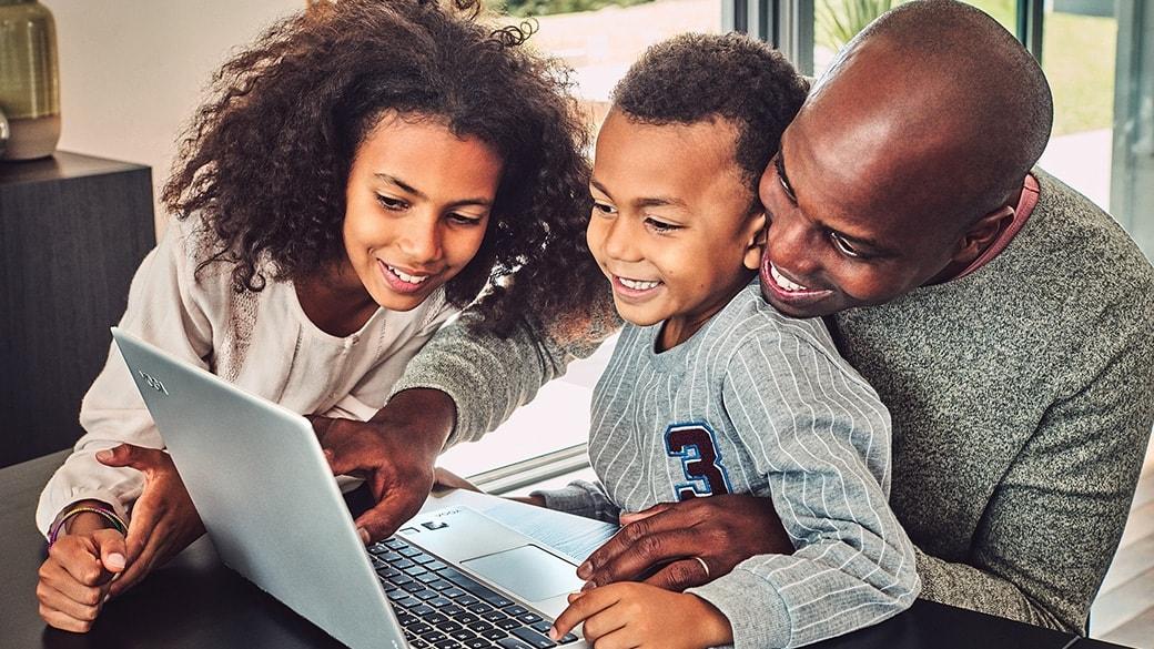 Una familia mira un dispositivo con Windows 10