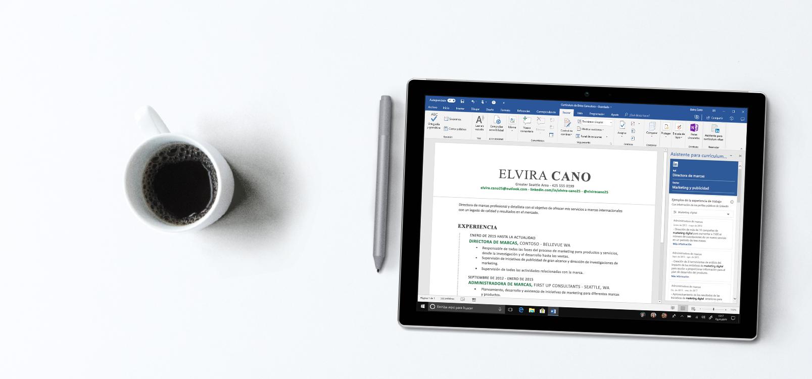 Pantalla de una tableta que muestra Word con un la barra del Asistente de currículum vítae a la derecha, con ejemplos de currículum vítae