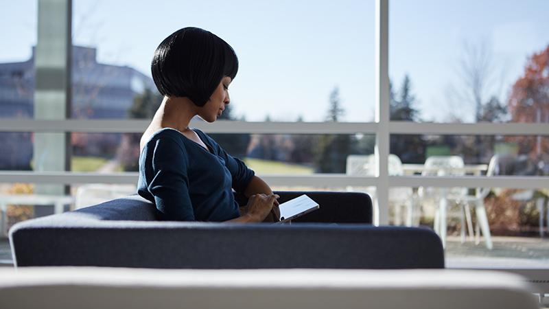 Mujer que escribe sobre Surface Pro 4.