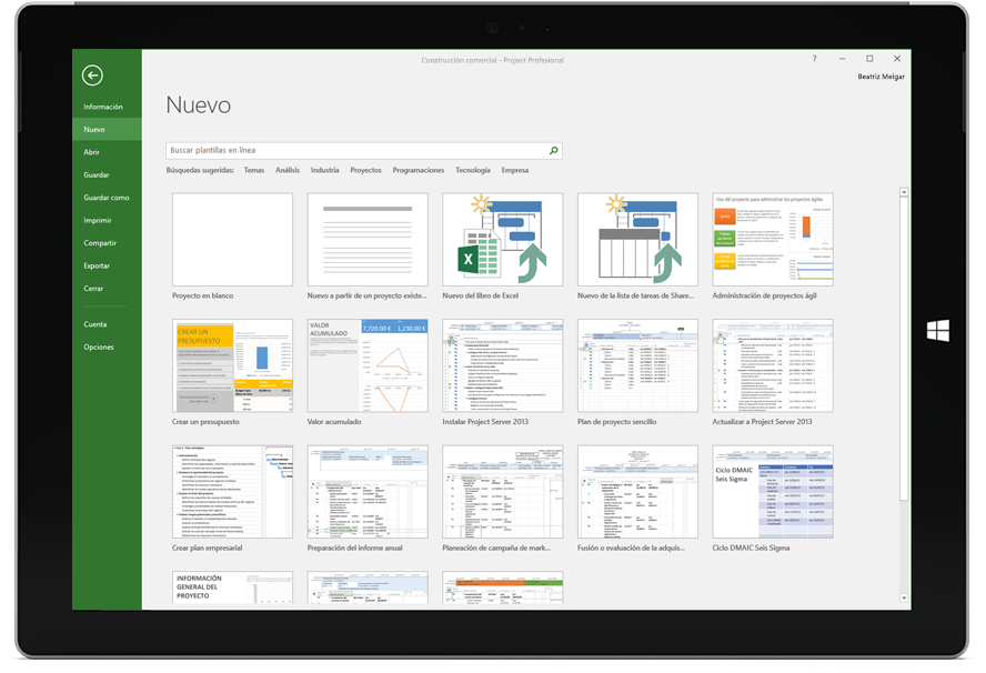 Una tableta Microsoft Surface donde se muestra la ventana Nuevo proyecto en Project Profesional