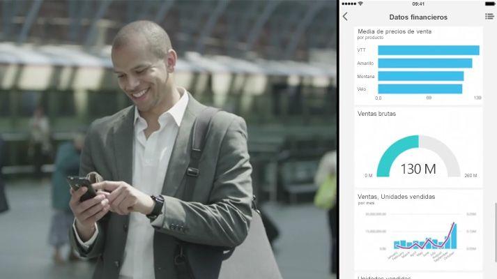 Hombre caminando y mirando un teléfono, pantalla dividida donde se muestra un panel de datos.