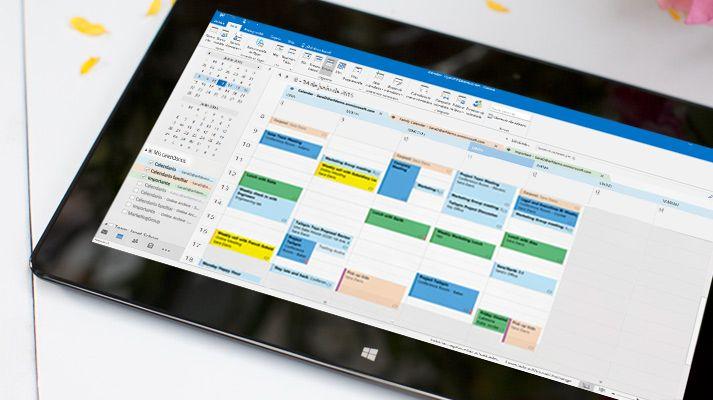 En una tableta se muestra un calendario abierto en Outlook 2016 con la meteorología del día.