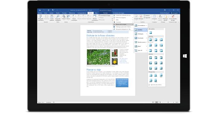 Una tableta Surface en la que se muestra la nueva característica Información en un documento de Word.