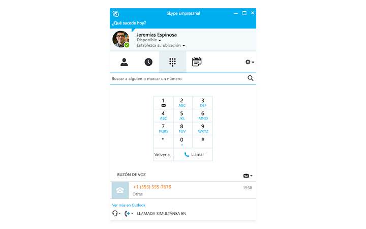 Una persona escribiendo en una tableta Surface, con una reunión online de Skype Empresarial en la pantalla