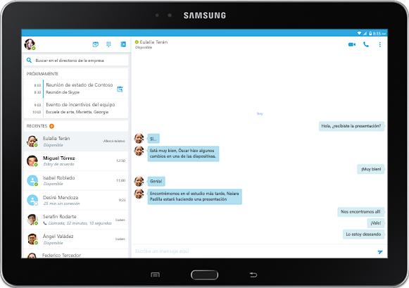 Pantalla de una tableta en la que se muestra una conversación de mensajería instantánea en una ventana de la aplicación de Skype Empresarial