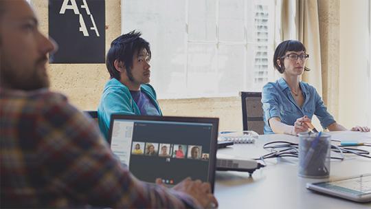 Compañeros de trabajo que se reúnen en torno a la mesa de conferencias