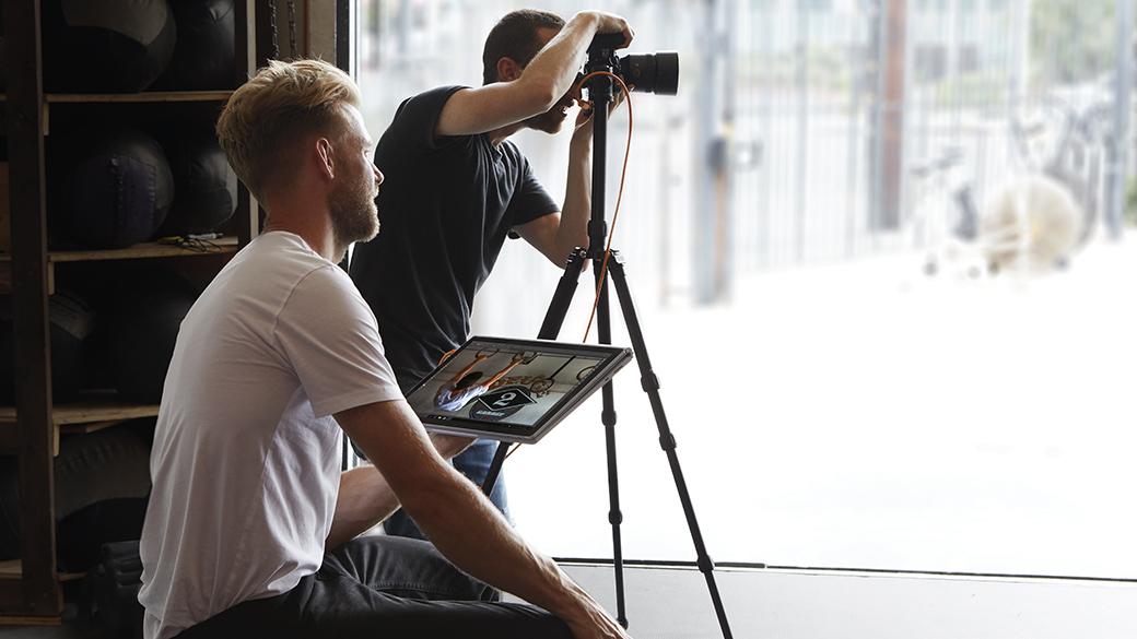 Personas que trabajan con Surface Book 2
