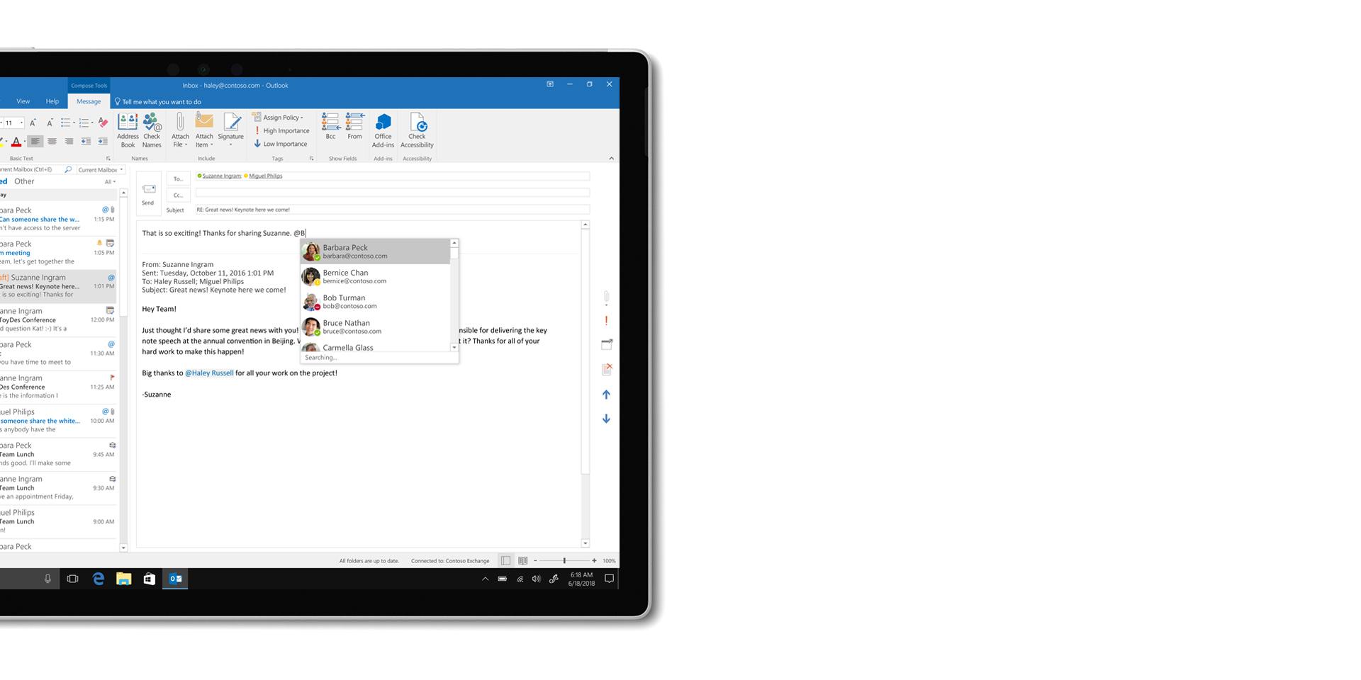 La app Outlook que se muestra en la pantalla de un SurfaceBook2 desconectado del teclado.