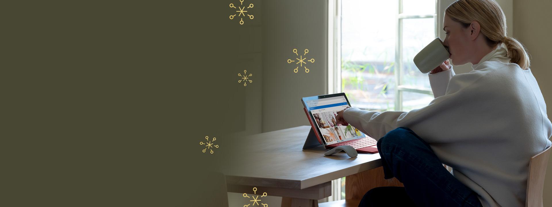 Una persona con un dispositivo Surface Pro 7 en una mesa