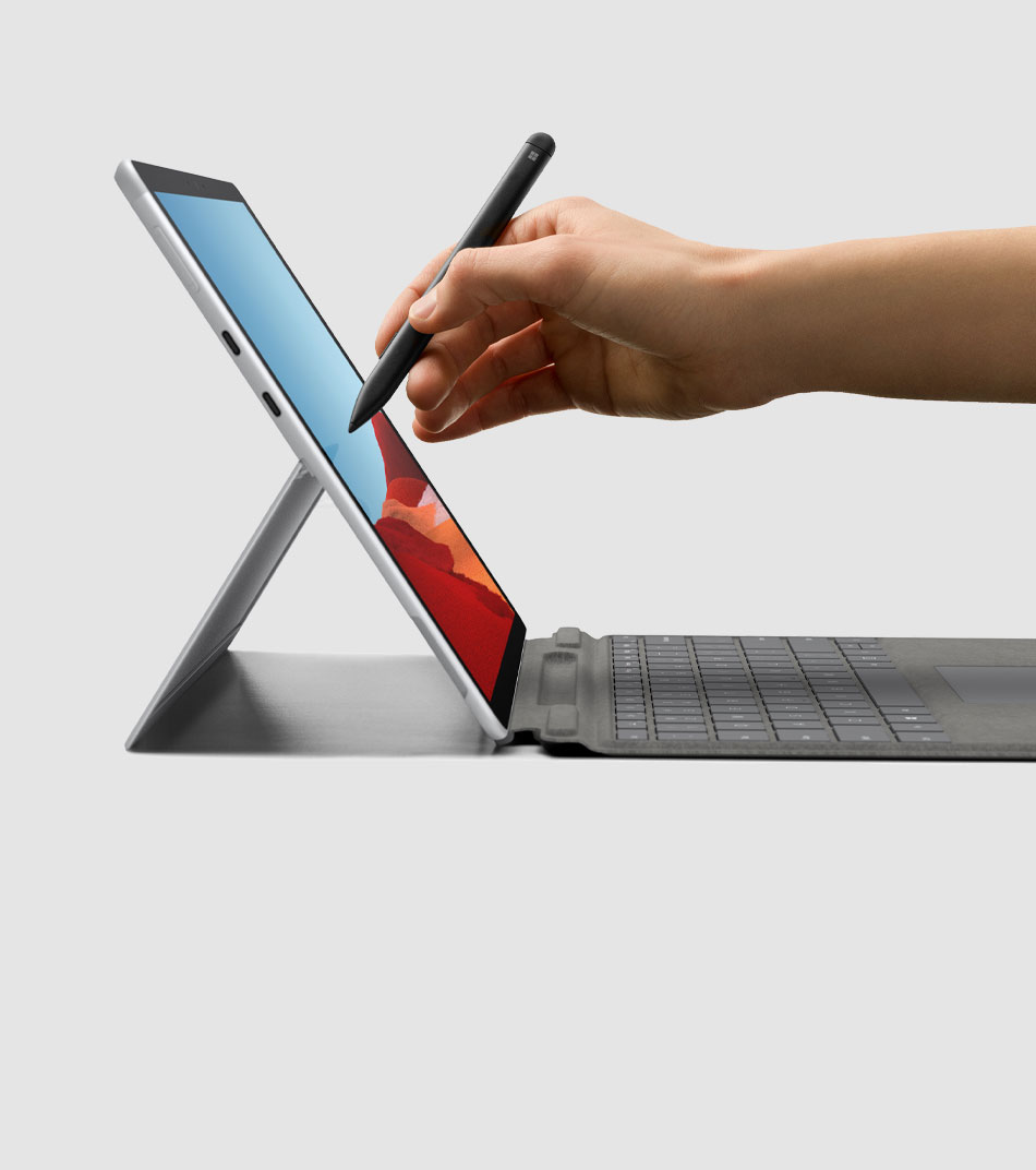 Una mano escribe con el Surface Slim Pen en un Surface Pro X