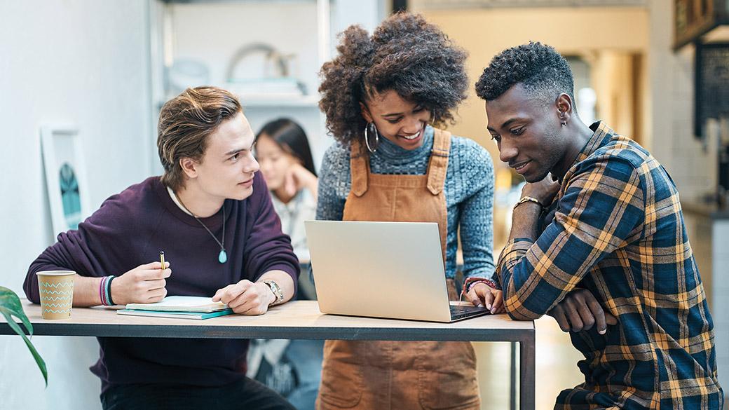 Estudiantes mirando un dispositivo Windows