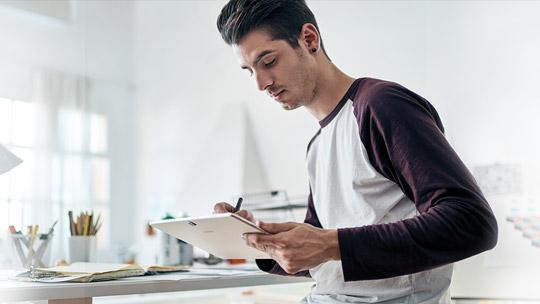 Hombre en una mesa usando el Samsung Galaxy TabPro S