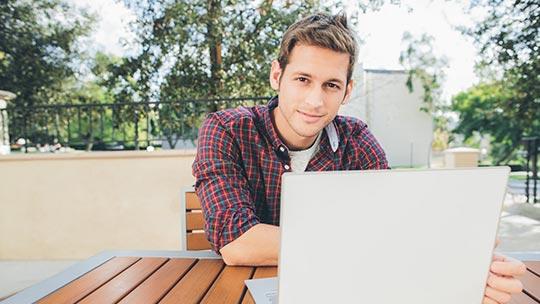 Hombre mirando una pantalla- Consigue las mejores ofertas