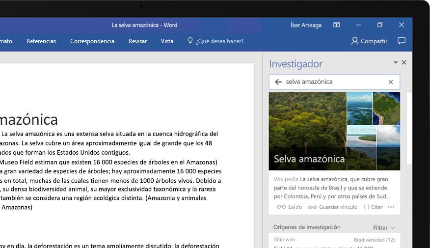 Una portátil en la que se muestra un documento de Word y un primer plano de la característica Investigador con un artículo sobre la selva tropical del Amazonas
