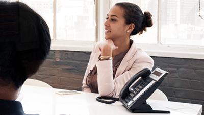 Dos personas en una sala de conferencias