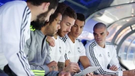 Jugadores del Real Madrid mirando una tablet, ingresa a Microsoft Store y obtén una oportunidad para ganar
